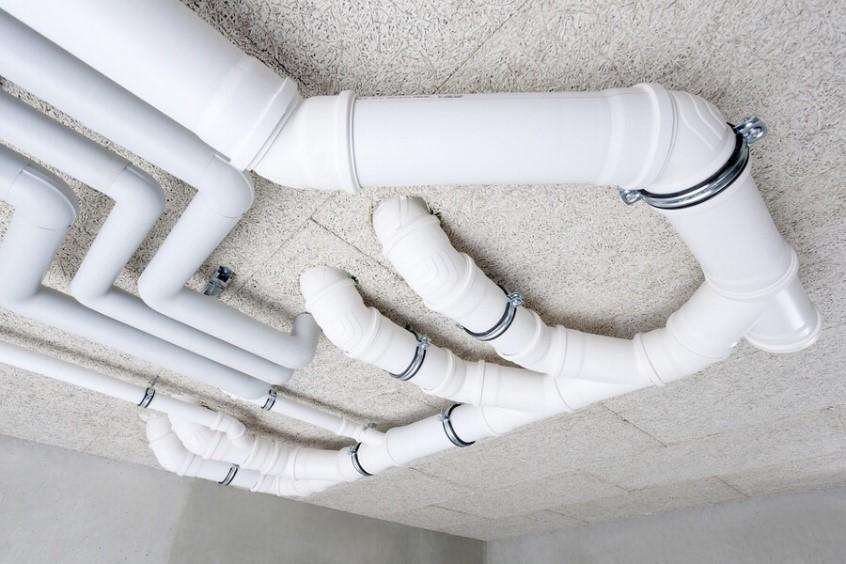 этапы монтажа канализации - фиксирование трубопровода